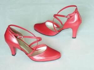 ba86dbf3a5 Keresztpántos menyecske cipő