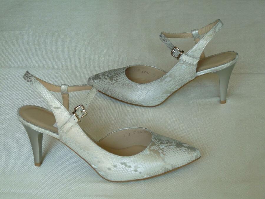 Asszimetrikus fazonú, ezüst színű pitonmintás női esküvői cipő