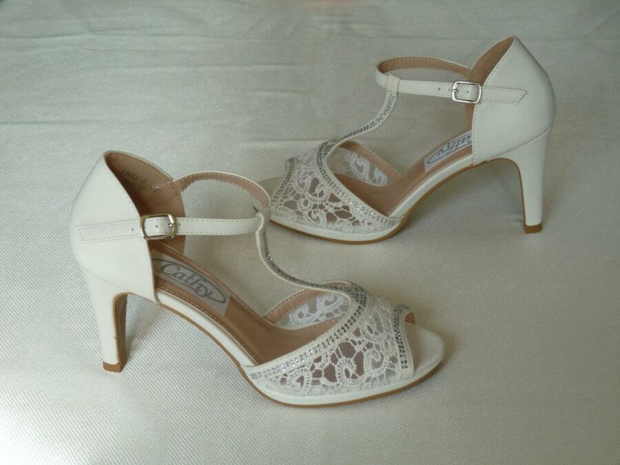 Szandál fazonú, T pántos strasszokkal diszitett női esküvői cipő