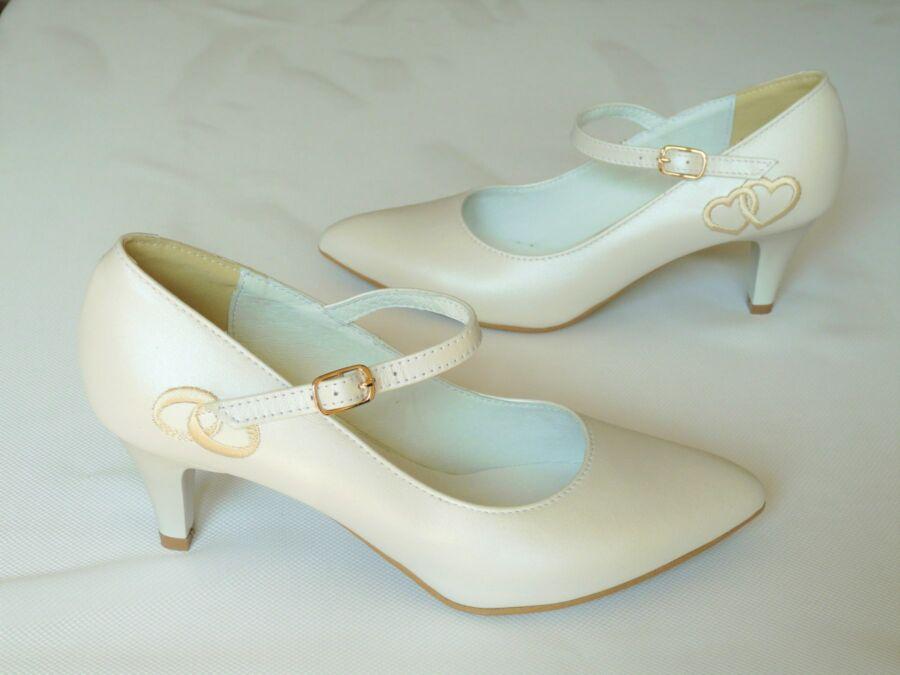 Hímzett pántos menyasszonyi cipő