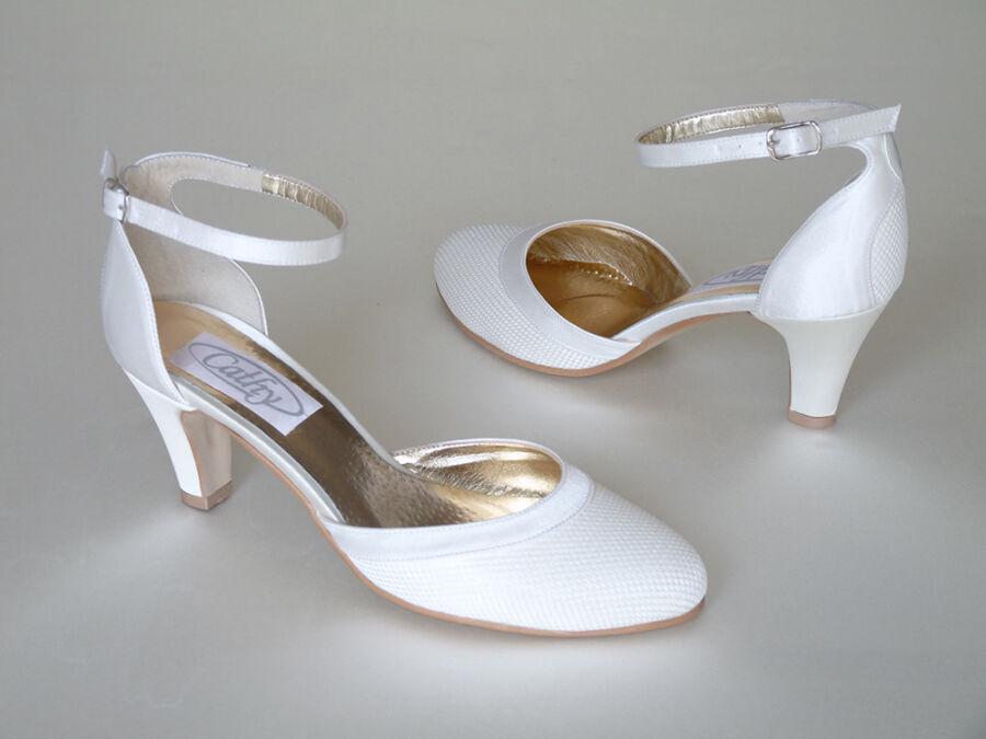 Bokapántos ivory színű női esküvői cipő
