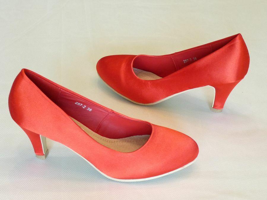Körömcipő fazonú menyecske cipő