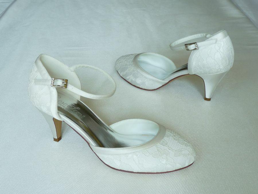 Csipkés, kétrészes női esküvői cipő